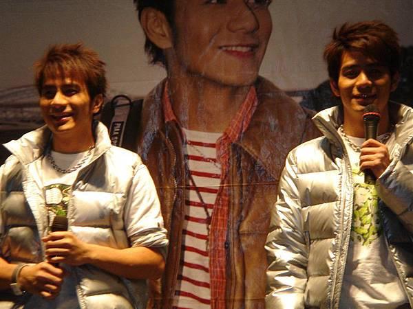 兩兄弟笑的超燦爛的^^