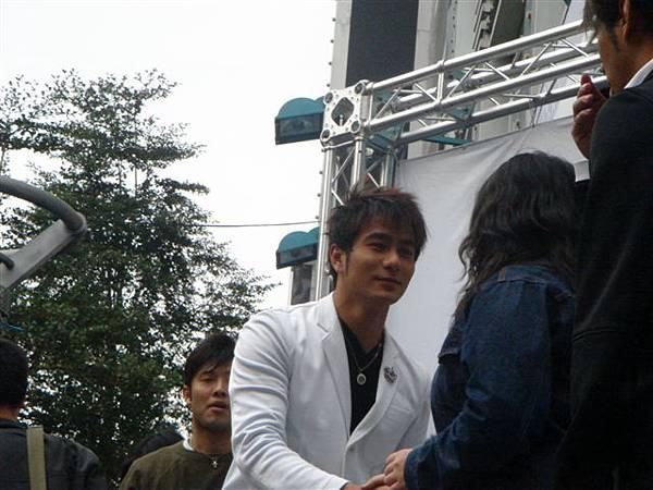 小妤原本要下台了,還特別回去跟彥甫握手...有好笑到...