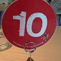 總算進咖啡店了~桌上牌子10號