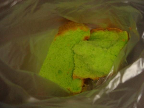 買切片的綠蛋糕先品嚐看看