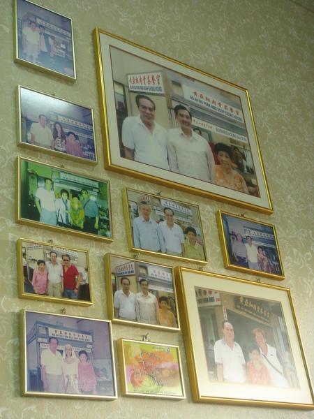 牆上很多名人的照片