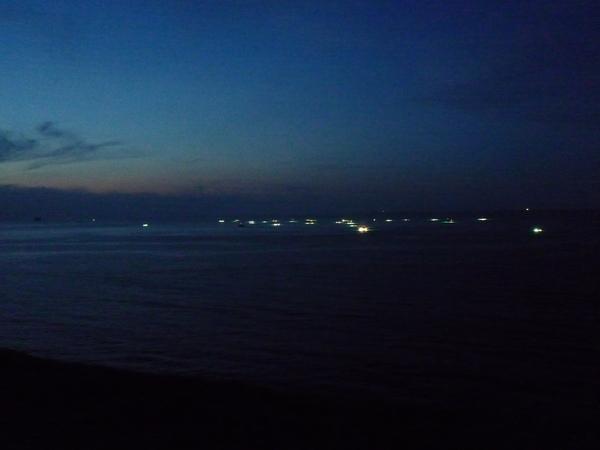 傍晚海面上滿滿的透抽船
