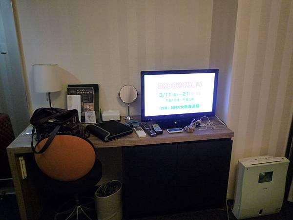 小小的書桌加電視