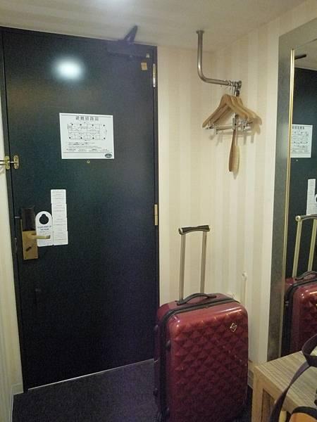 門後有掛衣服的地方
