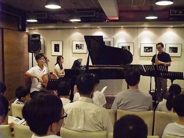 20110820-1 薩克斯叔叔與大提琴哥哥一起去流浪