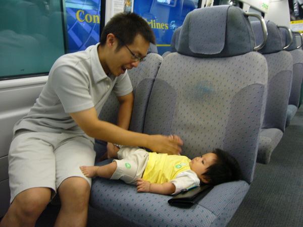 小杰跟爸逼在機場快線上
