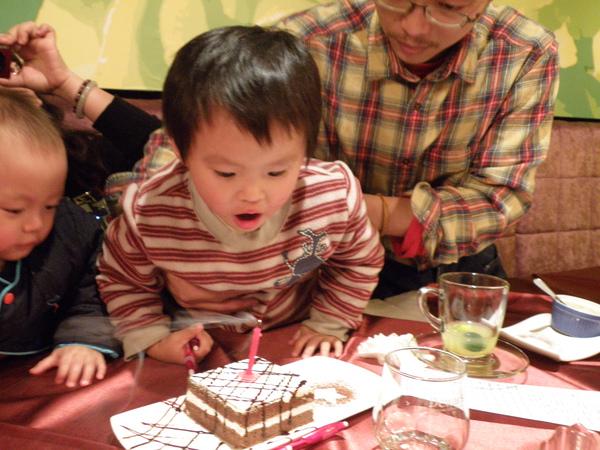 明明慶生的對象是小昱可是怎麼吹蠟燭的是小杰呢??