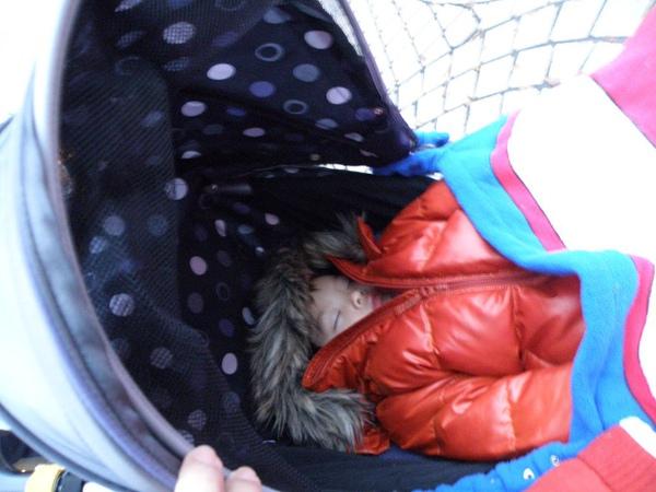 睡不停的小杰(這位大叔一直睡到爸爸跑完馬拉松的前一分鐘)