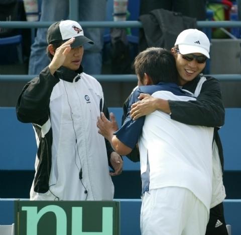 盧彥勳楊宗樺王宇佐(右至左) 以擁抱替他加油打氣