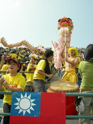 場邊有舞龍舞獅(來自pchome新聞)