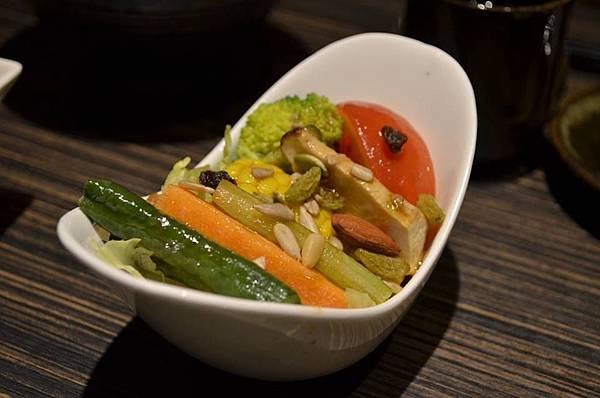 野菜沙拉佐油醋醬