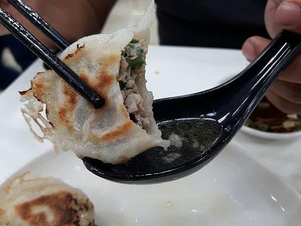 【台南 东区】来自眷村的好味道,雪花般的薄脆饼皮叫人着迷!