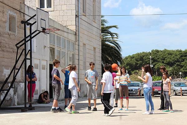 Croatia, Stari Grad-120611-088-瘋足球國度裡難得一見的籃球