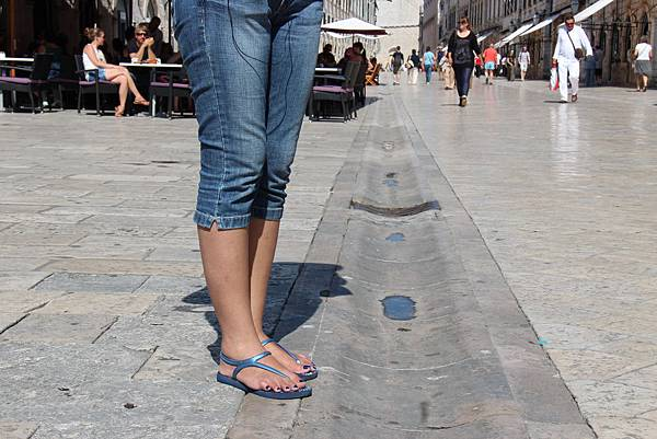 Croatia, Dubrovnik-120613-047-史特拉墩大道的下水道 (單身女孩禁足)