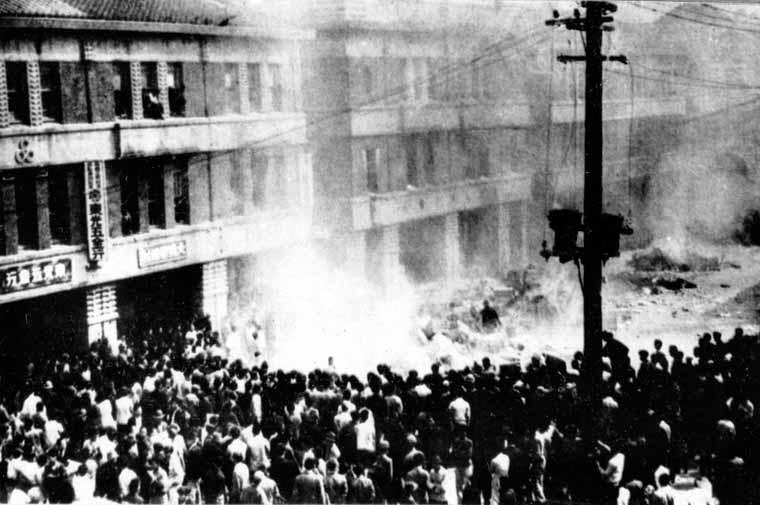 聚集在台灣省專賣局台北分局門口的群眾,時間為1947年2月28日。