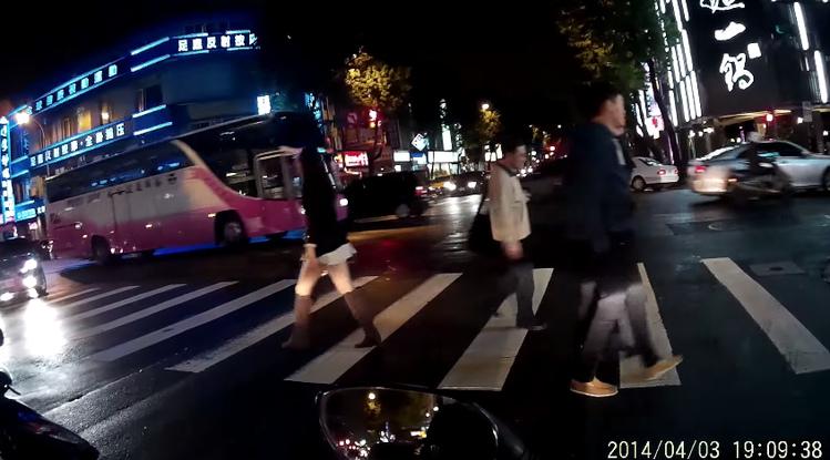 中山區超短裙長腿妹遭「尾隨哥」偷拍 網友:旁邊的騎士都看傻眼了..