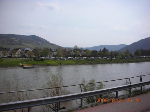 莫塞爾河沿岸通通是葡萄田