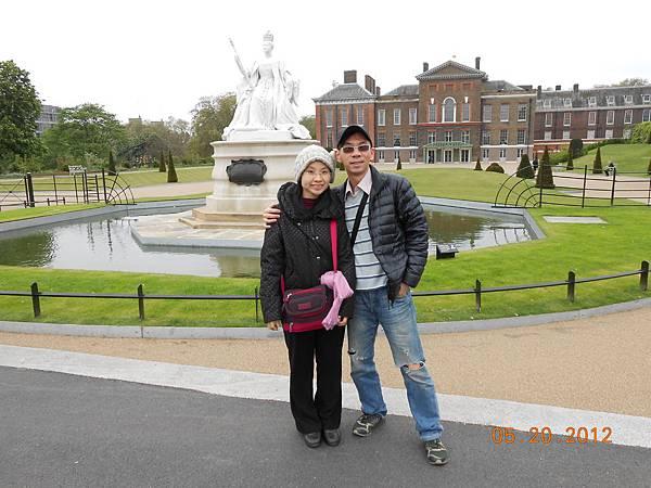 Kensington Palace外, Queen Victoria雕像.JPG
