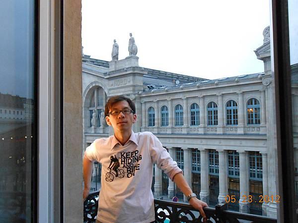 旅館窗外就是Gare du Nord車站.JPG