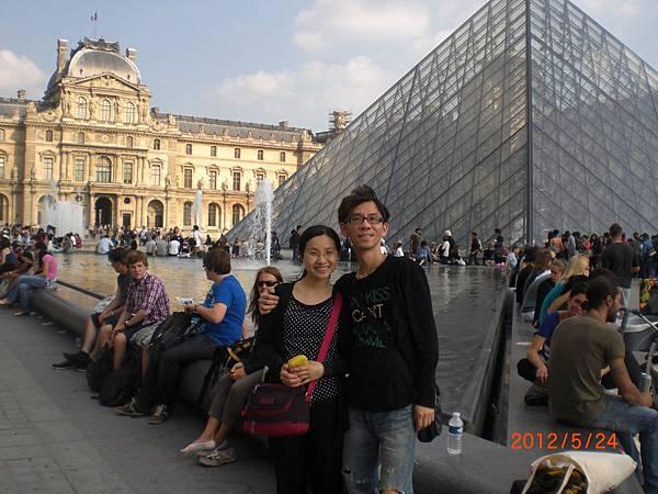 一起跟羅浮宮照一張吧.JPG