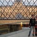 在玻璃金字塔內合照.JPG