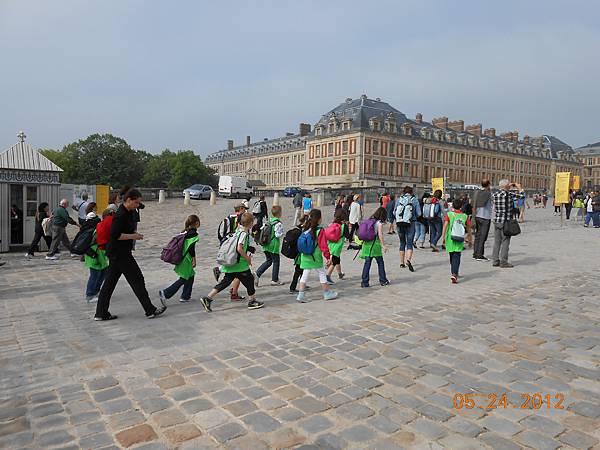 法國小學生也來戶外教學了