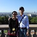後面是巴黎市景喔.JPG