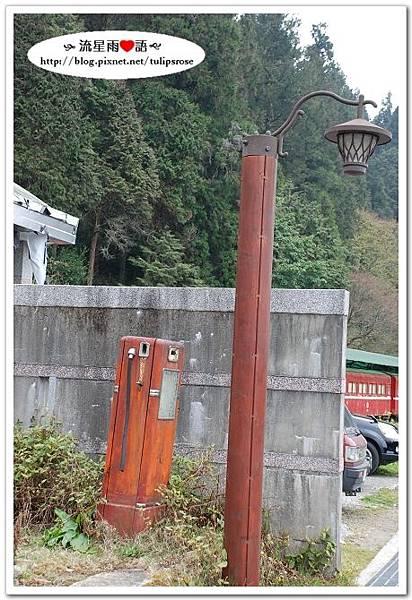 有年紀的路燈和加油站