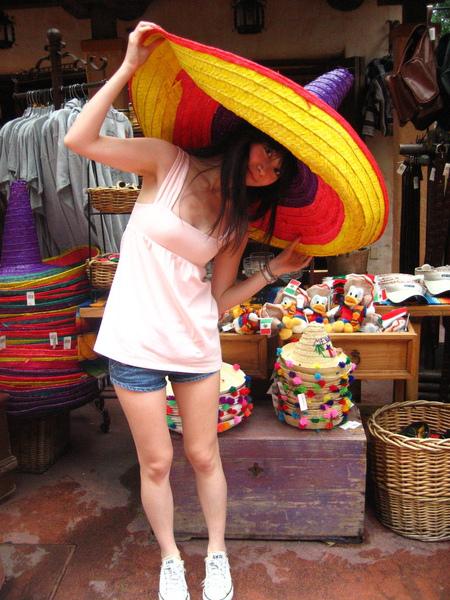 不停戴這輩子不敢戴的帽子XD