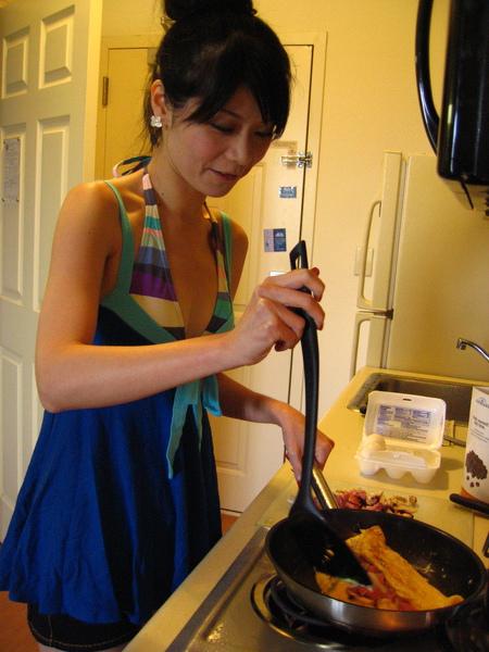 不自量力要來做omelet....為什麼我包不起來><