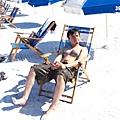 大家都躺在沙灘椅上曬太陽