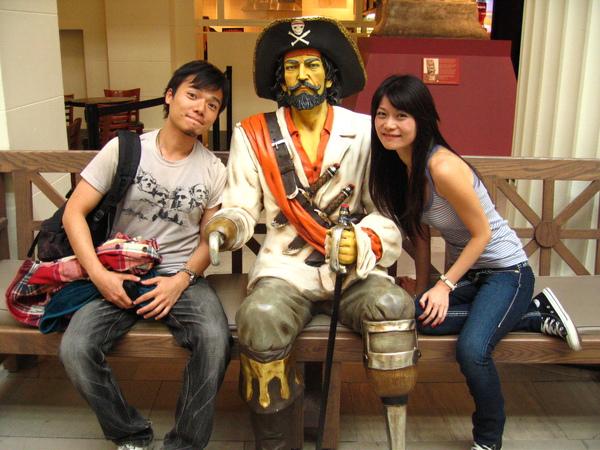 """好心的外國媽媽說:""""hey!!! U look like pirate!!!""""(是單數)"""