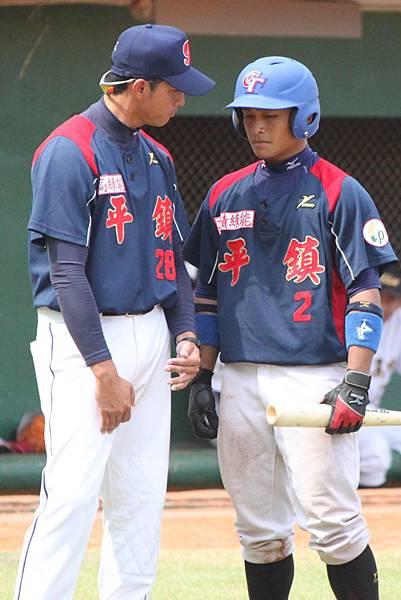 平鎮教練邱大偉(左)在關鍵時刻指導高魁鴻打擊策略.JPG