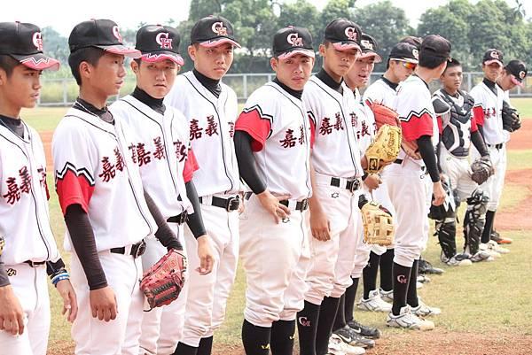 嘉義高中的選手們,相互敬禮準備開始比賽