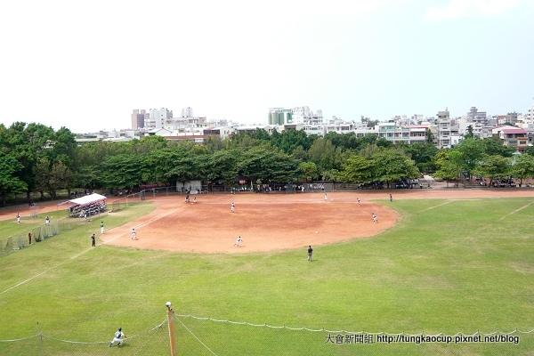 090926-位在操場中的東石高中棒球場別有一番樂趣。.JPG