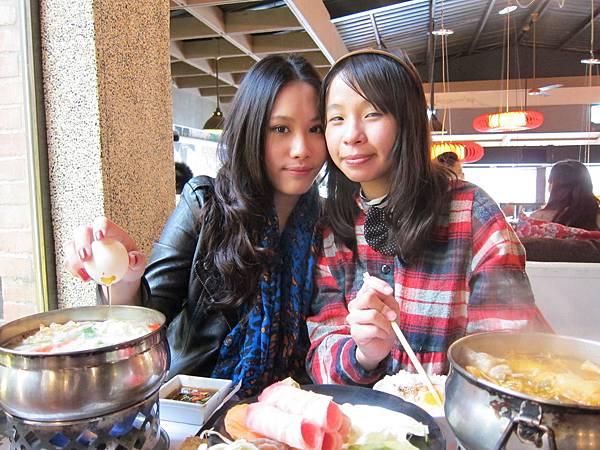 感情超好的兩姐妹:)