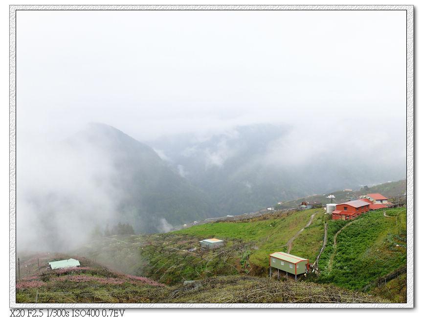 山下起霧了
