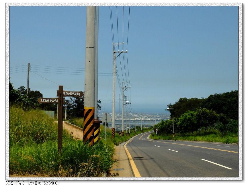 左邊往萬里長城步道,右邊往環保公園步道