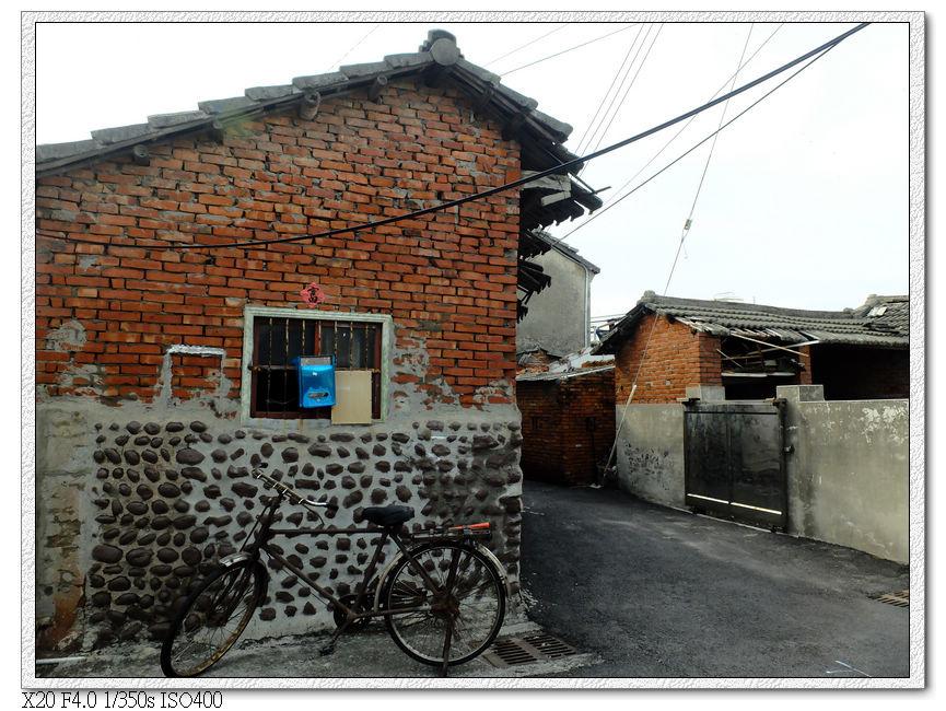 海墘老街的房子,屋子下方是卵石,上面再用紅磚疊起來