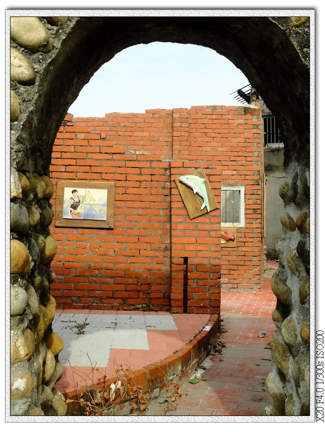 海墘社區擋沙牆,現在裡面也有做裝飾了