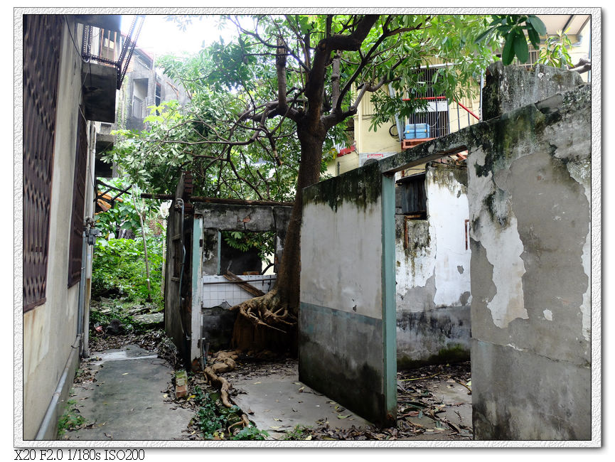 彩繪巷內的廢墟