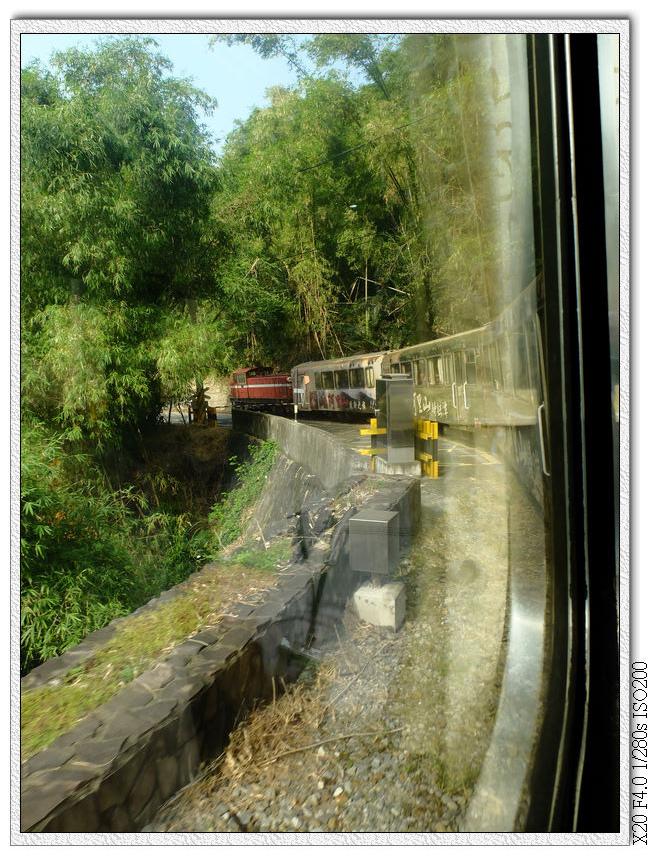 山坡路段的大彎,可以看見後面的車廂