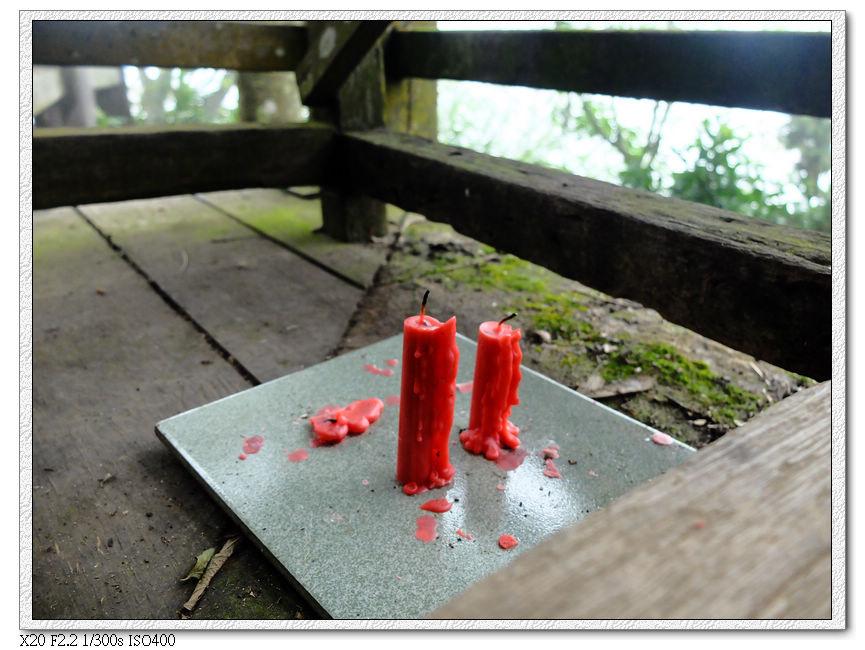 桌下有燒到一半的紅蠟燭!?