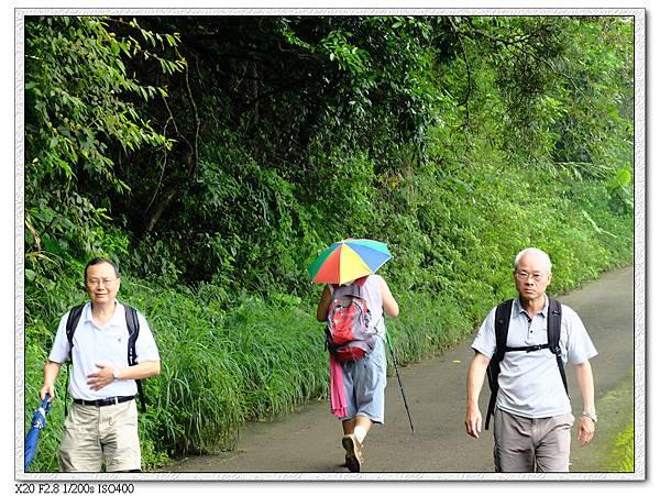 前方阿伯頭上戴的小雨傘帽可以防雨防曬防毛毛蟲