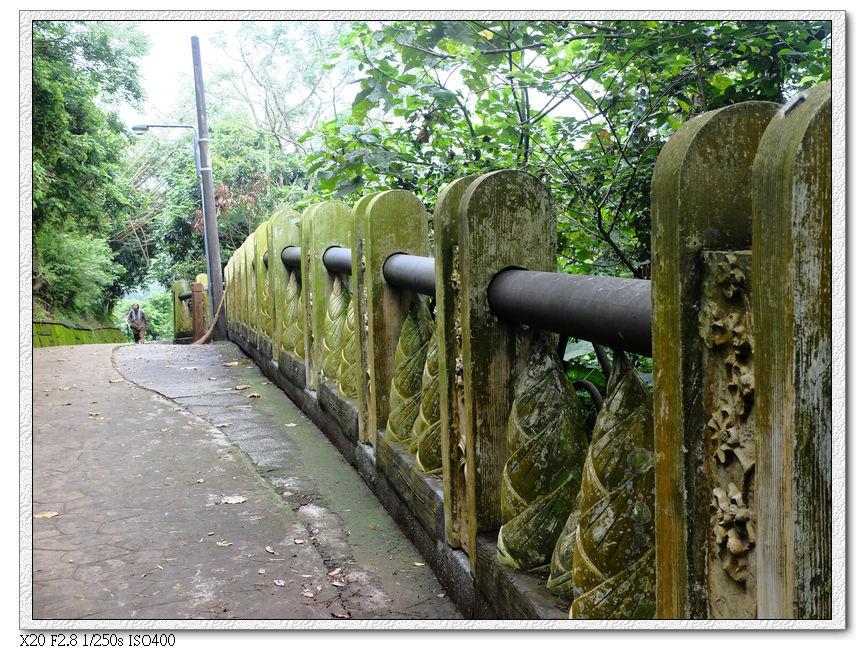路邊的欄杆有筍子圖案+毛毛蟲
