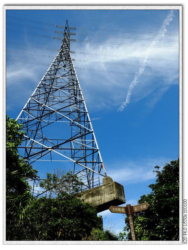 電塔下有路標