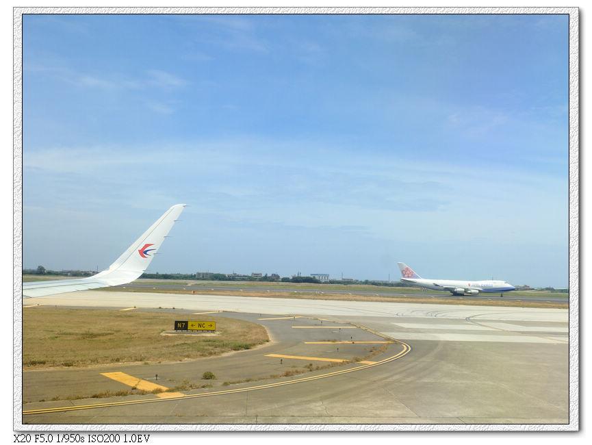飛機停下時看見後方華航也要降落了