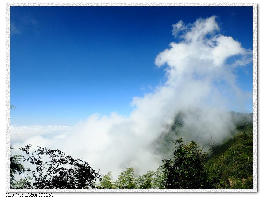 鳳凰山被雲吃掉了