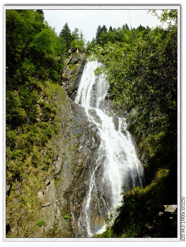 爬了700多階階梯到海拔3700m高看見的瀑布.........