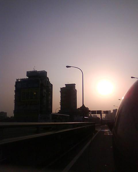 太陽週圍在發光